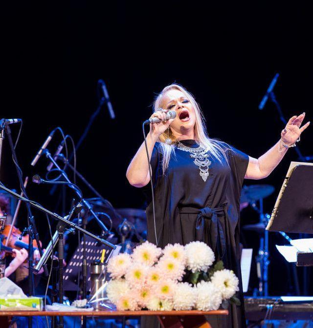 Лариса Долина в сопровождении эстрадно-симфоническего оркестра.